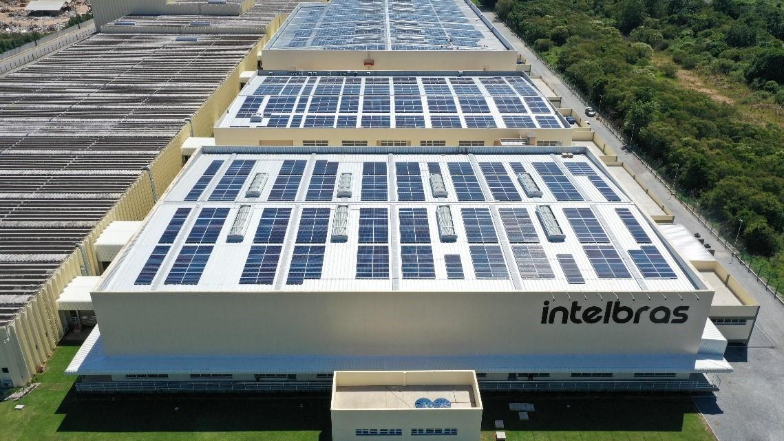 Imagem da Intelbras com seus painéis de energia solar