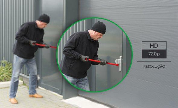 Homens arrombando portão